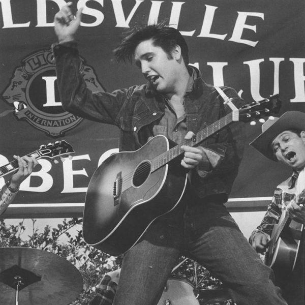 Elvis Aaron Presley (n. 8 ianuarie 1935, Tupelo, Mississippi - d. 16 august 1977, Memphis, Tennessee) a fost un cântăreț și actor american, cunoscut frecvent ca Regele Rock 'n' Roll-ului sau simplu, The King, cu toate ca a obținut și trei premii Grammy pentru muzică Gospel - foto: europafm.ro