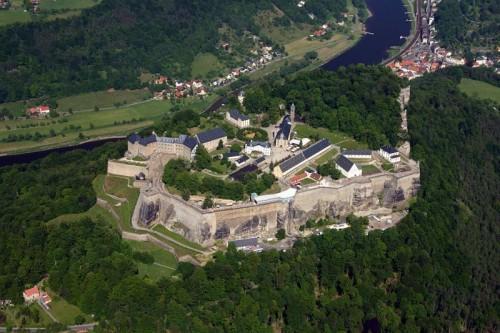 Fortăreața Königstein este cea mai mare cetate din Europa, ea se află situată în Elbsandsteingebirge (Munții Elbei), deasupra localității Königstein (Sächsische Schweiz) pe malul stâng al Elbei în districtul Sächsische Schweiz din landul Sachsen. Platoul stâncos care se ridică cu 240 de m deasupra Elbei, are o suprafață de 9,5 ha, fortăreața Königstein de pe platou are o vechime de peste 400 de ani, lungimea de 1 800 de m, cu ziduri construite din gresie, ce depășesc înălțimea de 42 m. In zona centrală fortăreței se află o fântână adâncă de 152,5 m, fiind cea mai adâncă fântână din Saxonia și în Europa fiind pe locul doi - foto: ro.wikipedia.org