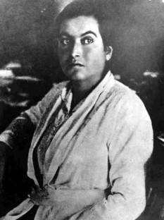 Gabriela Mistral (n. 7 aprilie 1889, Vicuña, Chile - d. 10 ianuarie 1957, New York) este pseudonimul lui Lucila de María del Perpetuo Socorro Godoy Alcayaga, poetă din Chile, premiată cu Premiul Nobel pentru literatură în anul 1945. Creația sa este profund feminină, meditativă, de înaltă emoție lirică și tonalitate post-romantică și uneori simbolistă, în care transfigurează natura aspră a ținutului natal, valorile naționale, copilăria ca vârstă a fragilității, exuberanța tinereții și iubirii, durerea solitară, meditația asupra morții - foto: ro.wikipedia.org