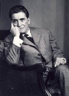 """George Vraca (n. 25 noiembrie 1896, București - d. 17 aprilie 1964, București) a fost un renumit actor român, unul dintre numele mari ale scenei românești. A absolvit cursurile Conservatorului de artă dramatică. S-a remarcat în interpretarea unor roluri principale din repertoriul clasic și modern, universal și național (Hamlet, Visul unei nopți de vară, Cum vă place, Neguțătorul din Veneția, Macbeth, Richard al III-lea de Shakespeare, """"Din jale s-a întrupat Electra"""" de Eugen O'Neil, Vlaicu-Vodă de Alexandru Davilla, Fântâna Blanduziei de Vasile Alecsandri etc.). Interpretările lui George Vraca excelau prin adâncimea înțelegerii rolului, distincția și eleganța ținutei, gestica sobră și dicțiunea exemplară. A fost director de teatru, animator, conducător de colective artistice. Ca actor de cinematograf s-a remarcat în filmul Tudor. Spre sfârșitul vieți, a recitat la radio câteva dintre poemele lui Eminescu, între care și Luceafărul. Prin Decretul nr. 129 din 20 iunie 1952 al Prezidiului Marii Adunări Naționale a Republicii Populare Romîne, actorului George Vraca i s-a acordat titlul de Artist Emerit al Republicii Populare Romîne. """"Viața lui de actor n-a cunoscut șovăieli și pauze: avea în el pregătită puterea de afirmare întreagă și conturul unei medalii, care zăcută mii de timpuri în piatră, iese la lumină cu strălucirea ei de început. Talent interior și de tenacitate metalică, Vraca era gata făurit și complet, când a intrat din culise în spectacol. """" — Tudor Arghezi - foto: ro.wikipedia.org"""