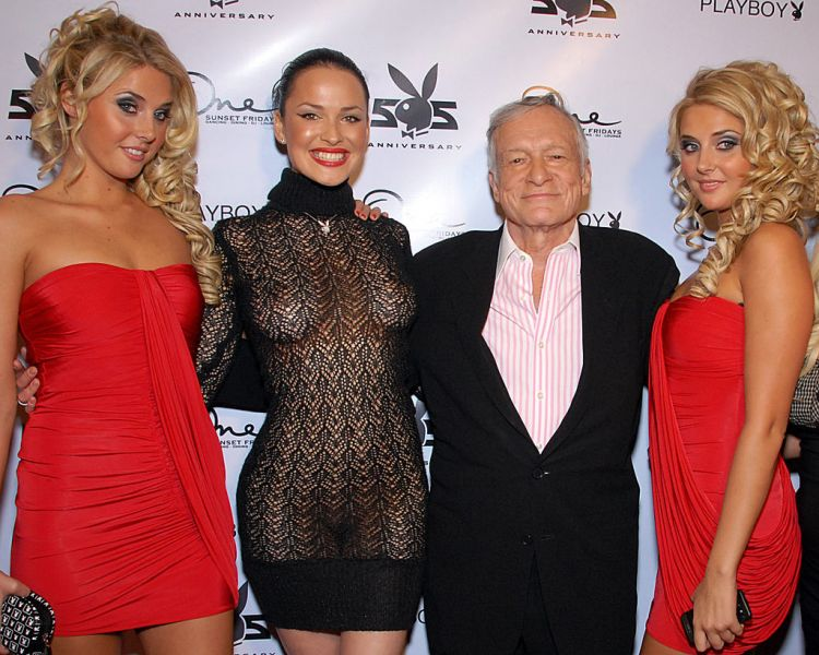 Hefner pozând cu Karissa Shannon, Dasha Astafieva și Kristina Shannon pentru cea de-a 55-a petrecere de aniversare a Playboy, pe One Sunset, West Hollywood, CA din 12 decembrie 2008 - foto: ro.wikipedia.org