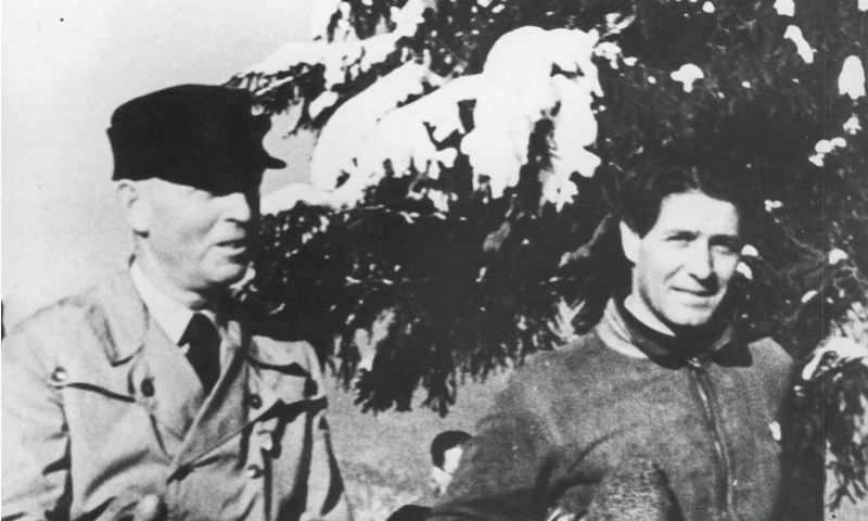 """Colonelul Ion Antonescu și """"Căpitanul"""" Corneliu Zelea Codreanu la schi (1935) - foto preluat de pe ro.wikipedia.org"""
