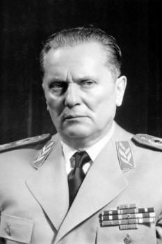 """Iosip Broz Tito (7 sau 25 mai 1892 - 4 mai 1980) a fost un revoluționar iugoslav și om de stat. A fost secretarul general (ulterior președinte) al Ligii Comuniștilor din Iugoslavia (1939-1980) și a condus partizanii iugoslavi, mișcare gherilă iugoslavă în Al Doilea Război Mondial (1941-1945). După sfârșitul războiului, a devenit autoritarul prim-ministru (1943-1963) și președinte al Republicii Socialiste Federative Iugoslavia. Din 1943 până la moartea sa în 1980, deținea gradul de Mareșal al Iugoslaviei, având funcția de comandant suprem al Armatei Populare Iugoslave (JNA). Tito a fost arhitectul-șef al celei de-""""a doua Iugoslavii"""", o federație socialistă care a existat din Al Doilea Război Mondial până în 1991. Cu toate că a fost unul dintre fondatorii Cominformului, a fost de asemenea primul (și singurul cu succes) membru Cominform care a sfidat autoritatea sovietică. Ca susținător independent al căii către socialism (numită uneori """"comunism național"""" sau """"Titoism""""), a fost principalul fondator și promovator al Mișcării de Nealiniere și primul secretar general. Astfel, susținea politica de nealiniere dintre cele două blocuri ostile în timpul Războiului Rece -  foto: ro.wikipedia.org"""