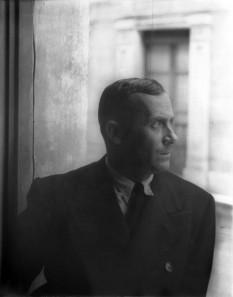 Joan Miró (n. 20 aprilie 1893, Barcelona - d. 25 decembrie 1983, Palma de Mallorca) a fost un pictor și sculptor spaniol, influențat de suprarealism, fără să fi aderat niciodată la această grupare. Teoriile suprarealiste îi întăresc convingerea în necesitatea libertății artistice, va rămâne un creator multidimensional și multilateral: pictează, dar și sculptează și stăpânește în aceeași măsură tehnica ceramicei. Forme frumoase și stranii, păsări și stele îl vor însoți în fiecare zi a vieții sale, închinate artei și libertății creatoare - foto: ro.wikipedia.org