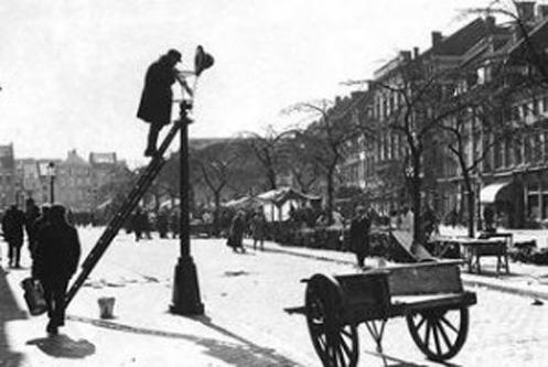 30 aprilie 1857: Bucuresti, primul oras din lume iluminat public cu lampi cu petrol lampant - foto: juniorjobs.ro