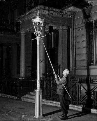 30 aprilie 1857: Bucuresti, primul oras din lume iluminat public cu lampi cu petrol lampant - foto: like.noinu.ro