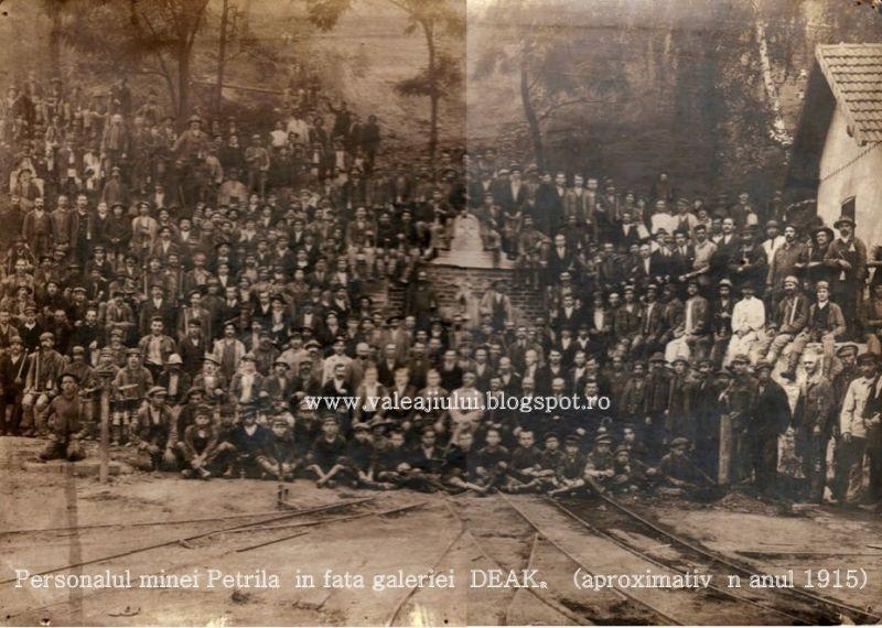 Personalul minei Petrila in fata galeriei DEAK (aproximativ in anul 1915) - foto: valeajiului.blogspot.ro
