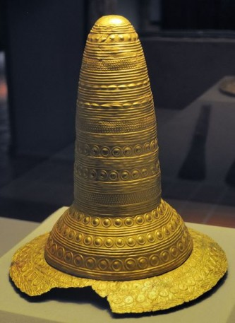 """29 aprilie 1835: În timpul muncilor agricole, pe un teren aflat la 1 km nord de Schifferstadt, în sud-vestul Germaniei, se descoperă un obiect conic, așa-numita """"pălărie de aur din Schifferstadt"""" (primul dintre cele patru asemenea obiecte care vor ieși la lumină în timp: conul de aur din Avanton, vestul Franței, conul de aur din Ezelsdorf-Buch, lângă Nurnberg, pălăria de aur din Berlin) - foto: ro.wikipedia.org"""