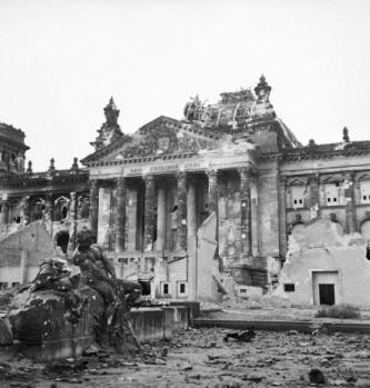 30 aprilie 1945: Armata Roșie arborează drapelului sovietic pe clădirea Reichstagului din Berlin - foto: ro.wikipedia.org