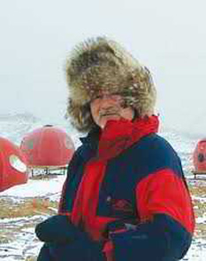 21 aprilie 1995: Dupa ce a marsaluit zece zile in conditii de temperatura extreme, inginerul Teodor Gheorghe Negoiţă, directorul Programului Românesc de Cercetări Polare, a ajuns , la ora 6:00 dimineaţa (ora Bucureştiului), la Polul Nord - foto: cersipamantromanesc.wordpress.com