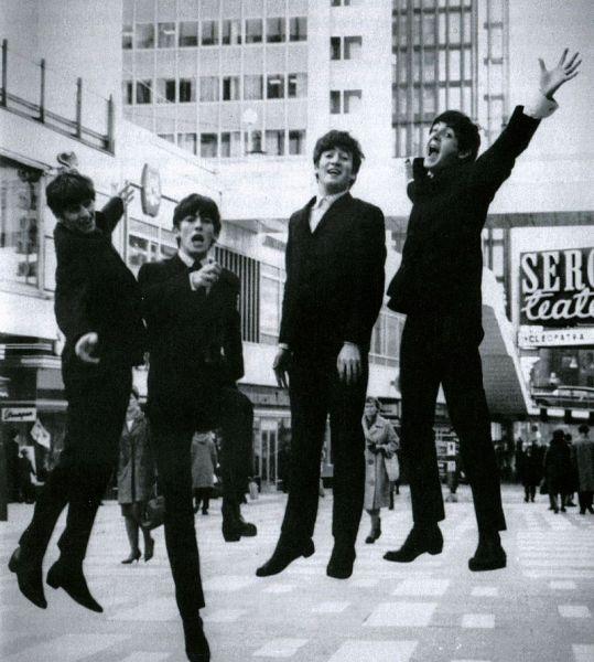 """The Beatles a fost unul dintre grupurile a cărui muzică a fost cea mai influentă pentru era rock care a urmat. Grupul a fost alcătuit din John Lennon (vocal, chitară ritmică), Paul McCartney (vocal, chitară bas), George Harrison (chitară solo) și Ringo Starr (baterie). Ei au avut ca țintă generațiile de tineri rezultate de după al Doilea Război Mondial, în Anglia, SUA, etc. Fără dubiu, """"The Beatles"""" este unul din cele mai faimoase și de succes grupuri în istoria muzicii rock, contorizând peste 1,1 miliarde de discuri vândute în lumea întreagă. În timp ce inițial au devenit faimoși pentru ceea ce unii au etichetat drept muzică pop, lucrările lor de mai târziu au realizat o combinație de laude atât din partea criticilor cât și din partea ascultătorilor inegalată în secolul XX. În cele din urmă, ei și-au dovedit nu doar talentul de muzicieni, au pășit granița spre cinematografie, și în particular, în cazul lui John Lennon este vorba de activism politic. În 2004 revista Rolling Stone clasa trupa The Beatles pe locul 1 pe lista celor 100 cei mai mari artiști ai tuturor timpurilor. În conformitate cu aceeași revistă, muzica inovativă a trupei The Beatles și impactul cultural au ajutat la definirea anilor 1960 - foto: ro.wikipedia.org"""