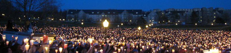 Studenţi de la Virginia Tech aducând un ultim omagiu colegilor dispăruţi - foto: ro.wikipedia.org