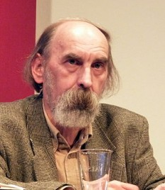 William Totok (n. 21 aprilie 1951, Comloșu Mare) este un poet, prozator, eseist și jurnalist german, originar din România. În perioada 1973–1979 a studiat, cu întreruperi, germanistica și romanistica la Universitatea din Timișoara, timp în care a lucrat și ca muncitor necalificat la o fabrică de cărămizi - foto: ro.wikipedia.org