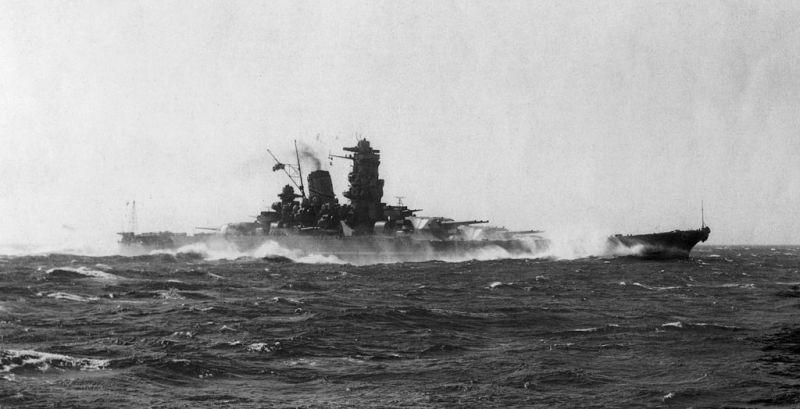 7 aprilie 1945: Nava japoneză Yamato, aflată într-o misiune kamikaze în Okinawa (Operațiunea Ten-Go), este scufundată de submarinele americane. Yamoto a fost cea mai mare navă de război construită vreodată - foto: ro.wikipedia.org