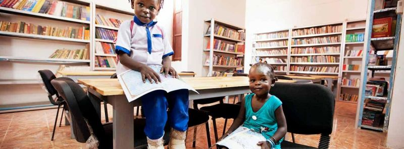 Four-year-old Xima Awada Yakub (left) and her sister, Zamai, reading books in the library at the Cultural Centre in El Fasher, North Darfur. UN Photo/Albert González Farran - foto preluat de pe www.un.org