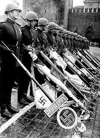 """Depunerean de către soldații sovietici a drapelelor de luptă capturate ale """"Diviziei I Leibstandarte SS Adolf Hitler"""" lângă Zidul Kremlinului în timpul Paradei Victoriei din Moscova, 24 iunie 1945 - foto: ro.wikipedia.org"""