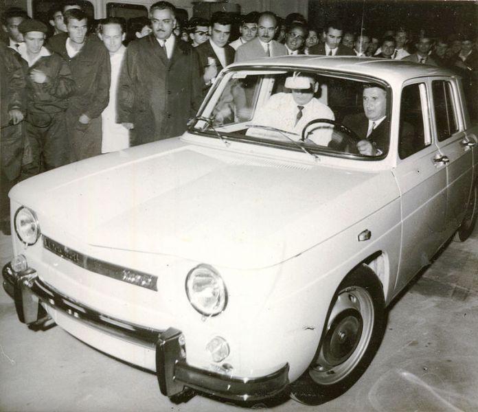 Nicolae Ceauşescu la bordul primului automobil Dacia 1100 - foto: ro.wikipedia.org