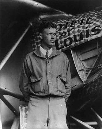 """Charles Augustus Lindbergh, Jr. (n. 4 februarie 1902 – d. 26 august 1974), cunoscut și ca """"Lucky Lindy"""" (Norocosul Lindy) sau """"The Lone Eagle"""" (Vulturul solitar), a fost un pilot american, de origine suedeză, unul din pionierii zborurilor de lungă durată, devenit faimos pentru efectuarea primului zbor solo non-stop transatlantic în 1927 - foto: ro.wikipedia.org"""