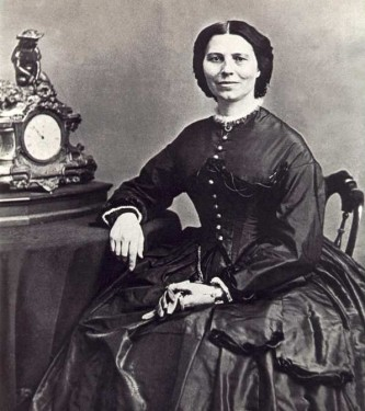"""Clarissa Harlowe Barton (n. 25 decembrie 1821 — d. 12 aprilie 1912) s-a numărat printre pionierii americani. Profesoară și asistentă medicală, implicată în acțiuni umanitare, era descrisă ca având un """"spirit puternic și independent"""". Este cunoscută mai ales pentru organizarea Crucii Roșii americane - foto: ro.wikipedia.org"""