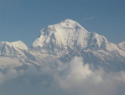 Dhaulagiri (Muntele Alb) este un munte din masivul Himalaya care are altitudinea de 8.167 m deasupra n.m. fiind situat pe locul șapte în categoria munților peste 8000 de m înălțime. Prin valea Kali Gandaki, Dhaulagiri este despărțit de muntele Annapurna (8.091 m), care se află la est 35 km depărtare. Inălțimea muntelui Dhaulagiri a fost pentru prima oară măsurată în anul 1809 de locotenentul William Spencer Webb și căpitanul John Hodgson, care au măsurat 8190 de m, fiind descoperit primul munte peste 8000 de m, recordul fiind deținut de Kangchenjunga care în lexiconul din 1838 era considerat cel mai înalt munte din lume - foto: ro.wikipedia.org