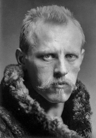 Fridtjof Nansen (/ˈfrɪd.tjɒf ˈnænsən/; n. 10 octombrie 1861 – d. 13 mai 1930) a fost un explorator, om de știință, diplomat, umanitarist norvegian, laureat al Premiului Nobel pentru Pace. Campion la schi și la patinaj în tinerețe, a condus echipa care a efectuat prima traversare a Groenlandei prin interior în 1888, și a devenit celebru pe plan internațional după ce a ajuns la 86°14′ latitudine nordică în cadrul expediției spre Polul Nord(en) din 1893–96. Deși a renunțat la explorări după ce s-a întors în Norvegia, tehnicile și inovațiile sale de călătorie polară, în ceea ce privește echipamentul și îmbrăcămintea, au influențat o generație de expediții arctice și antarctice - foto: ro.wikipedia.org