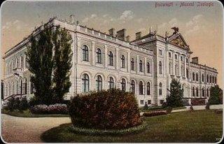 Muzeul Naţional de Istorie Naturală Grigore Antipa este un muzeu din Bucureşti, amplasat în Şoseaua Kiseleff nr. 1. Patrimoniul muzeului este format din peste 2 milioane de piese, grupate în diferite colecţii zoologice, paleontologice, de minerale şi roci şi etnografice - in imagine, Muzeul Naţional de Istorie Naturală în 1910 - foto: ro.wikipedia.org