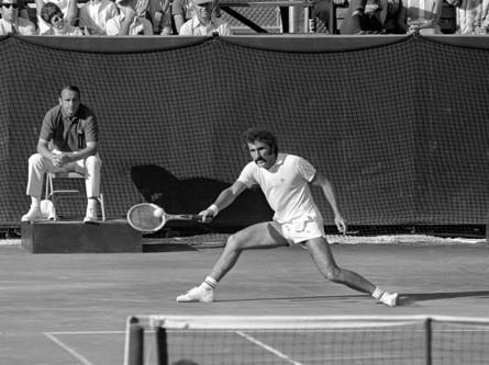 Ion Țiriac (n. 9 mai 1939, Brașov), este un fost jucător profesionist de tenis român, jucător de hochei, și actualmente un influent om de afaceri în Germania și România - in imagine, Ion Tiriac intr-un meci de Cupa Davis - foto: cancan.ro