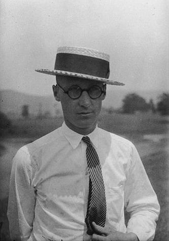 John Thomas Scopes (n. 3 august, 1900 – d. 21 octombrie 1970) a fost inițial un învățător american din SUA. El va devine cunoscut în anul 1925 prin Procesul Scopes, care a fost urmarea nerespectării lui Scopes a legii care interzicea predării în școli a Teoriei evoluționiste a lui Darwin - foto: ro.wikipedia.org