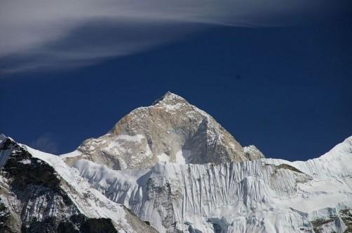 Makalu, vârf în partea centrală a munților Himalaya, la granița dintre China și Nepal, este al cincilea vârf din lume ca înălțime și este situat la o distanță de 22 de kilometri de Everest. El are două vârfuri auxiliare : Kangchungtse, cu o înălțime de 7.678 metri, și Chomo Lonzo, care măsoară 7.818 de metri. Cele două vârfuri auxiliare comunică printr-o șa îngustă și sunt situate la nord-vest și respectiv la nord-est de vârful principal. Ascensiunea pe Makalu este considerată una din cele mai periculoase din lume.În ianuarie 2006, cunoscutul alpinist francez Jean-Christophe Lafaille a dispărut pe Makalu în timp ce încerca o ascensiune solitară fără oxigen suplimentar, pe timp de iarnă - foto: ro.wikipedia.org