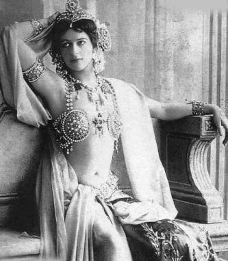 Mata Hari (Margaretha Geertruida Zelle) (* 7 august 1876 - †15 octombrie 1917), născută în Leeuwarden, căsătorită cu un ofițer olandez de origine engleză, Campbell MacLeord, la vârsta de 18 ani. După divorțul celor doi s-a făcut cunoscută în Europa fiind o dansatoare, curtezană și spioană în serviciul Germaniei în timpul primului război mondial. A fost condamnată și executată de către un pluton de execuție francez, în 15 octombrie 1917, pentru spionaj. Plutonul era alcătuit din 12 soldați. Mata Hari și-a dat haina de piele jos de pe ea în fata plutonului înainte să fie executată. A spionat pentru Franța, iar după aceea pentru Germania - foto: ro.wikipedia.org