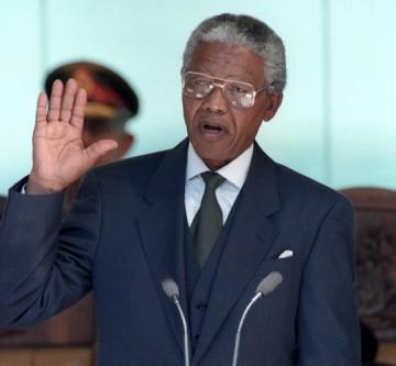Nelson Rolihlahla Mandela (n. 18 iulie 1918 – d. 5 decembrie 2013) a fost un om politic sud-african, care a deținut funcția de președinte al Africii de Sud în intervalul 1994-1999. Adversar al apartheidului, a fost primul președinte al Africii de Sud ales prin vot universal, într-un scrutin larg reprezentativ și cu participare multirasială. Guvernarea lui Mandela s-a axat pe dezmembrarea moștenirii apartheidului, prin combaterea rasismului instituționalizat, a sărăciei și a inegalității și promovarea reconcilierii rasiale. Un susținător al pan-africanismului și al socialismului democratic, el a fost președinte al partidului Congresul Național African din 1991 până în 1997. Pe plan internațional, Mandela a fost secretar general al organizației interguvernamentale Mișcarea de Nealiniere, între 1998 și 1999 - Nelson Mandela prête serment, le 10 mai 1994 / REUTERS - foto: slateafrique.com