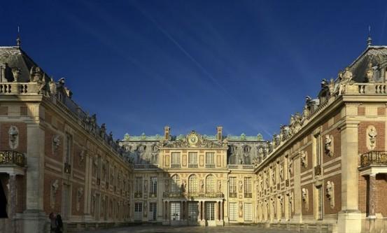 Palatul Versailles (numit și castelul Versailles; în franceză Chateau de Versailles) este un castel regal construit la Versailles, în Franța. A fost reședința regilor Franței : Ludovic al XIV-lea , Ludovic al XV-lea și Ludovic al XVI-lea. Acest castel se înscrie printre cele mai remarcabile monumente din Franța, nu numai prin frumusețe, ci și prin prisma evenimentelor : -devine reședință regală permanentă începând cu anul 1682, când regele Ludovic al XIV-lea a mutat curtea de la Paris, până în 1789, când familia regală a fost forțată să se întoarcă în capitală, cu excepția a câțiva ani din timpul Regenței. Castelul Versailles reprezintă un simbol al monarhiei absolute adoptat de către Ludovic al XIV-lea.În acest castel, în Galeria Oglinzilor, a fost semnat Tratatul de la Versailles. În 1837 palatul a devenit primul muzeu de istorie al Franței - in imagine, Curtea de marmură face parte din fațada est a Castelului Versailles - foto - ro.wikipedia.org