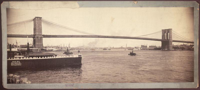 Podul Brooklyn este unul dintre cele mai vechi poduri suspendate din Statele Unite. Finalizat în 1883, leagă cartierele Manhattan si Brooklyn din New York City, traversând East River. Având 1.825 m lungime, a fost cel mai lung pod suspendat din lume de la deschiderea sa și până în 1903, și primul pod suspendat pe cabluri din sârmă de oțel - in imagine, Podul Brooklyn în 1896 - foto: ro.wikipedia.org