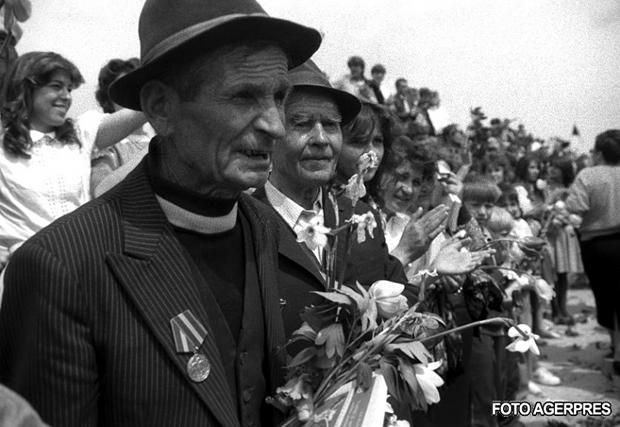 Podul de flori de peste Prut (6 mai 1990) - foto preluat de pe: infoprut.ro