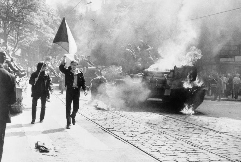 Primăvara de la Praga (1968) - Tancuri sovietice în timpul invaziei trupelor Pactului de la Varşovia din Cehoslovacia - foto preluat de pe ro.wikipedia.org