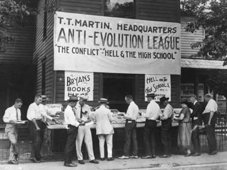 """Procesul Scopes (""""Procesul maimuței"""") se referă la o acțiune judiciară ce a avut loc la Curtea de Justiție din Dayton, Tennessee în 10 iulie 1925 care a verificat constituționalitatea unei legi aprobate pe 13 martie același an, lege care interzicea ca în învățământ să fie predate acele teorii care contrazic Biblia. Profesorul John Scopes era acuzat că predase teoria evoluționistă la o școală publică din Dayton, fapt interzis de actul Butler, primind o amendă de 100 de dolari - foto: divinity.wfu.edu"""