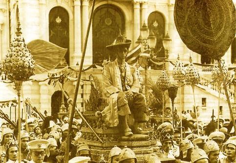 5 mai 1950: Bhumibol Adulyadej se auto-încoronează ca regele Rama al IX-lea al Thailandei - foto: ro.wikipedia.org