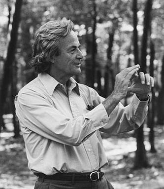 Richard Phillips Feynman -- (n. 11 mai 1918 - d. 15 februarie 1988), a fost un fizician american. Richard Feynman a fost unul dintre fizicienii secolului 20 care a exercitat o influență semnificativă, nu numai în fizică, dar și în alte domenii ale cunoașterii umane. Este unul dintre cei care a extins considerabil teoria electrodinamicii cuantice. A participat la Proiectul Manhattan și a fost membru al comisiei de investigare a dezastrului navetei spațiale Challenger - foto: ro.wikipedia.org