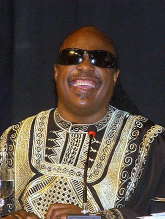 Stevie Wonder (la naștere Stevland Hardaway Judkins, născut pe data de 13 mai 1950; și-a schimbat mai târziu numele în Stevland Hardaway Morris) este un cântăreț, compozitor, multi-instrumentist și producător american. Este orb din naștere. A semnat un contract cu casa de discuri Motown la vârsta de 11 ani și continuă să cânte pentru aceasta și în ziua de azi - in imagine, Stevie Wonder la o conferință în Salvador, Bahia, Brazilia - foto: ro.wikipedia.org
