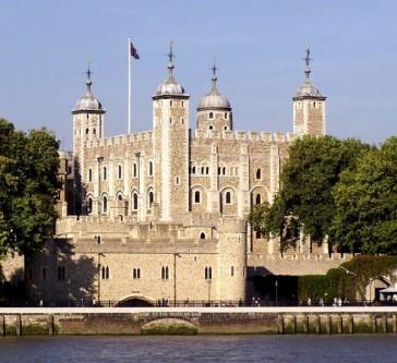 Palatul Regal și Cetatea Majestății Sale, denumit și Turnul Londrei, este un castel istoric aflat pe malul nordic al Tamisei în centrul Londrei. Turnul Londrei, locul multor execuții regale - foto: ro.wikipedia.org