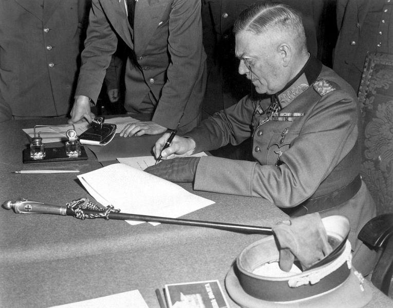 Actul capitulării Germaniei (07 - 08 mai 1945) - Mareșalul Wilhelm Keitel semnând actul capitulării al Berlin -  foto preluat de pe ro.wikipedia.org