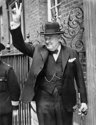 Sir Winston Leonard Spencer Churchill (n. 30 noiembrie 1874 - d. 24 ianuarie 1965) a fost un om politic britanic, prim-ministru al Regatului Unit în Al Doilea Război Mondial. Deseori apreciat ca fiind unul din cei mai mari lideri de război ai secolului, a servit ca prim-ministru în două mandate (1940-1945) și (1951-1955). A fost ofițer în Armata Britanică, istoric, scriitor și artist. Este singurul prim-ministru britanic laureat al Premiului Nobel pentru Literatură (în 1953) și a fost prima persoană care a primit titlul onorific de Cetățean de Onoare al Statelor Unite - foto: ro.wikipedia.org