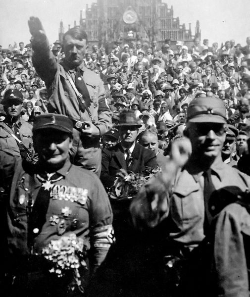Hitler posing in Nuremberg with SA members in the late 1920s. Julius Streicher is to Hitler's right, and Hermann Göring stands bedecked with medals beneath Hitler - foto: en.wikipedia.org