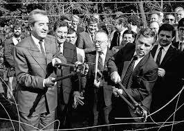1989: În mod simbolic, miniştrii de externe al Austriei, Alois Mock şi Ungariei, Gyula Horn taie la Sopron, între ţările lor gardul de frontieră - foto: cersipamantromanesc.wordpress.com