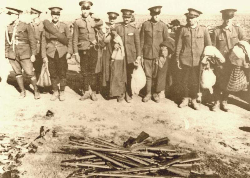 Ocupația sovietică a Basarabiei - dezarmarea unor soldați români -  foto preluat de pe ro.wikipedia.org