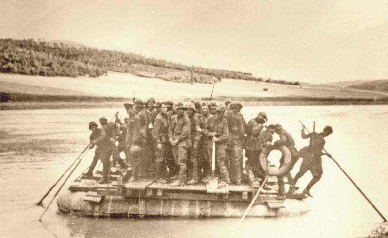 Basarabia, Bucovina de nord şi ţinutul Herţa, sub ocupaţia sovietică - Trupe sovietice care traversează un râu - foto preluat de pe ro.wikipedia.org