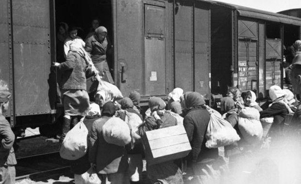 """Al doilea val de deportări (5-6 iulie 1949), oamenii urcă în """"trenul morții"""" (numit astfel pentru condițiile inumane pe care le-au îndurat deportații - foto: timpul.md"""