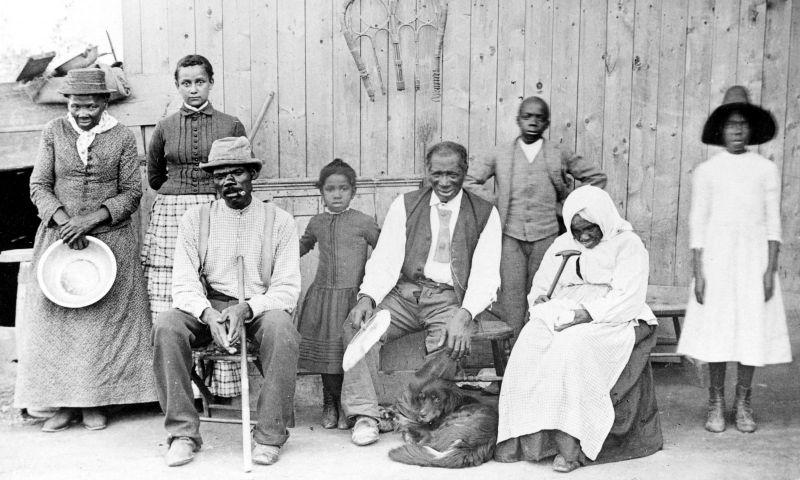 Harriet Tubman (stânga), sclavă care a evadat din Sud. După evadare, ea a ajutat mulţi alţi sclavi să fugă în Nord. Aici, împreună cu şase sclavi pe care i-a salvat - foto: ro.wikipedia.org