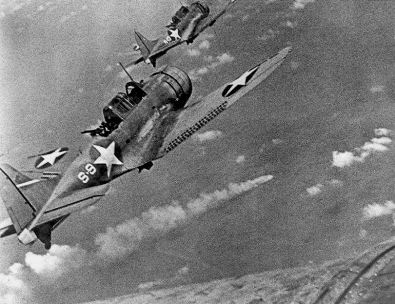 """""""Bătălia de la Midway"""" - Parte a Teatrul de operațiuni din Pacific din Al Doilea Război Mondial (Bombardiere U.S. Douglas SBD-3 Dauntless zboară în picaj pentru a ataca a treia oară crucișătorul Mikuma care este în flăcări) - foto - ro.wikipedia.org"""