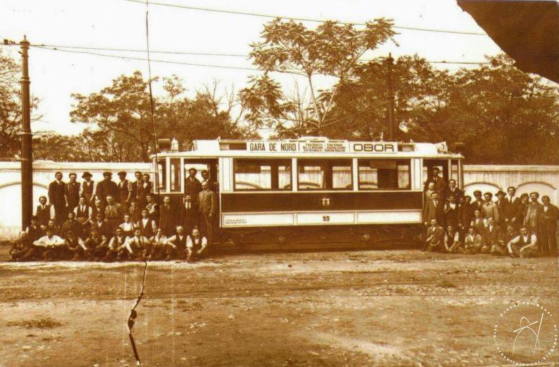 Muncitori de la STB alături de un vagon motor de tramvai în curtea Atelierelor STB – 1925 - foto: orasulluibucur.blogspot.ro